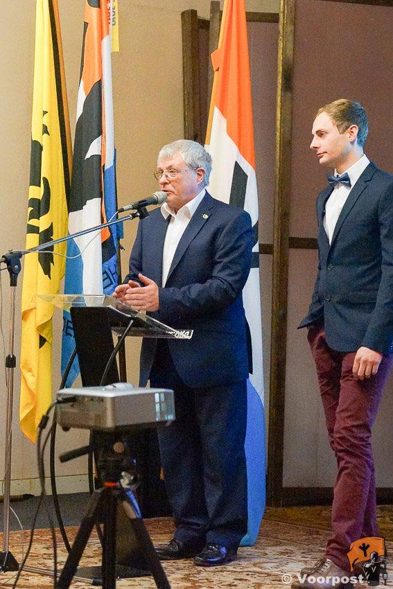 De aftredend voorzitter Johan Vanslambrouck (rechts) met de kersverse voorzitter Bart Vanpachtenbeke (links)